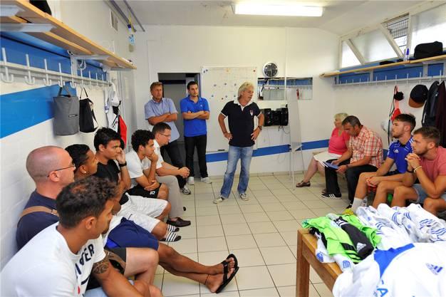 Max Rüetschli (Mitte) erklärt den Spielern, was passiert ist. Rechts auf der Bank Präsident Rolf Bieri, links hinten Sportchef Peter Baumann.