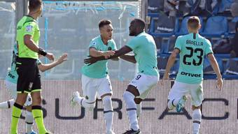 Inters Argentinier Lautaro Martinez (links) freut sich mit seinen Mitspielern über das frühe 1:0
