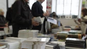 Besucher der Literaturtage schmöckern in Büchern