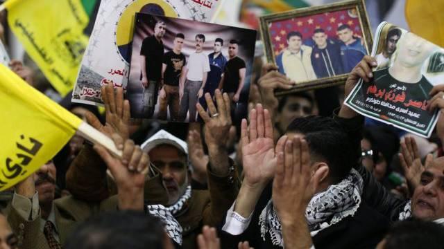 Palästinenser warten auf die Rückkehr der freigelassenen Gefangenen