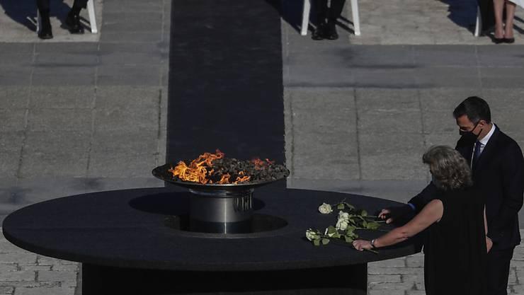 Pedro Sanchez (r), Ministerpräsident von Spanien, nimmt an einer Trauerzeremonie zum Gedenken an die Corona-Opfer auf dem Armeria-Platz im Madrider Königspalast teil. Foto: Manu Fernandez/AP/dpa