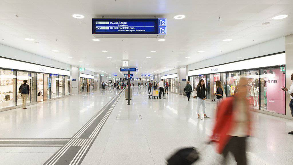 Neue Wegweiser sollen am Tiefbahnhof Zürich Löwenstrasse dafür sorgen, dass Passagiere den schnellsten Weg zum Tram oder Bus finden. (Archiv)
