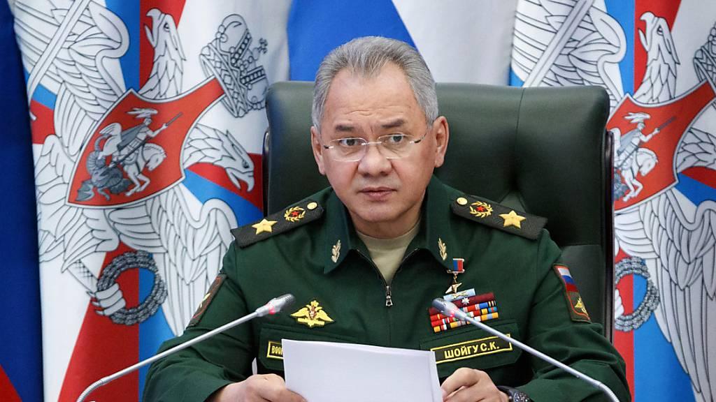 Russlands Verteidigungsminister reist wegen Manövern zur Krim
