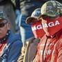Unterstützer von US-Präsident Donald Trump warten am Flughafen in Duluth, Minnesota, auf die Airforce One. Joe Biden.