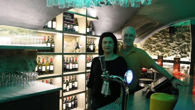 Sind bereit für die Eröffnung der Keller-Bar im «Rebstock»: Pächterin Jasmin Kovaz und «Rebstock»-Wirt Samet Rustemi.
