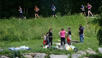 Jogger und Picknicker in den Langen Erlen.