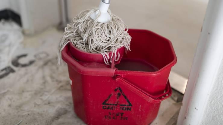 Hausangestellte wie etwa Putzfrauen sind laut Gewerkschaften wegen der Coronavirus-Krise in einer Notlage.