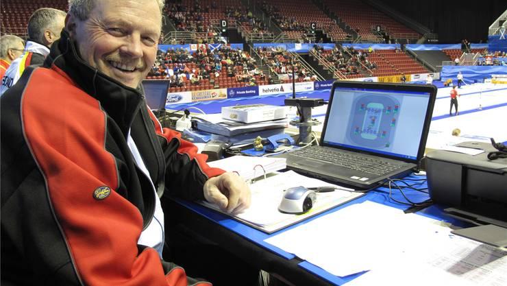 Hans Wüthrich vor seinem Laptop, der ihm die Temperaturen an den verschiedenen Punkten anzeigt. Pensa