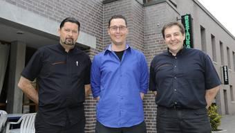 Da war die Welt noch in Ordnung: Ex-Betriebsleiter Nicolas Gougain (M.) und die Cucina-Arte-Chefs Markus Dominkovits (l.) und Dominik Scheidegger im August vor dem «Parktheater».