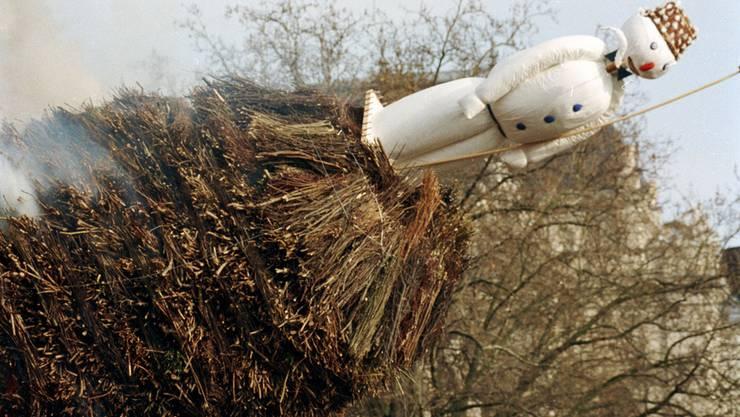 1993 kippte der Böögg vom Scheiterhaufen bevor der Kopf explodierte.