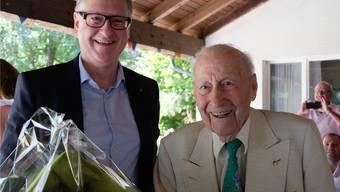 Stadtpräsident Roger Bachmann (SVP) gratuliert Max Spring zum 100. Geburtstag.