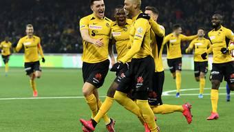 Guillaume Hoarau jubelt mit seinen Mitspielern nach dem 2:0