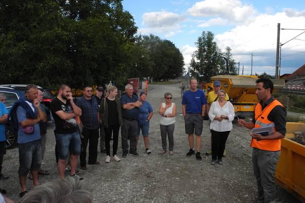 Omar Khattabi (rechts), Projektleiter der SBB, erläutert der Bettlacher Bevölkerung, was sie noch erwartet.