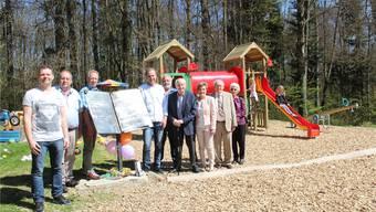 Die Sponsoren rund um «Maien-grün»-Wirt Roland Lämmli (Mitte) freuen sich über den neu eingeweihten Spielplatz.