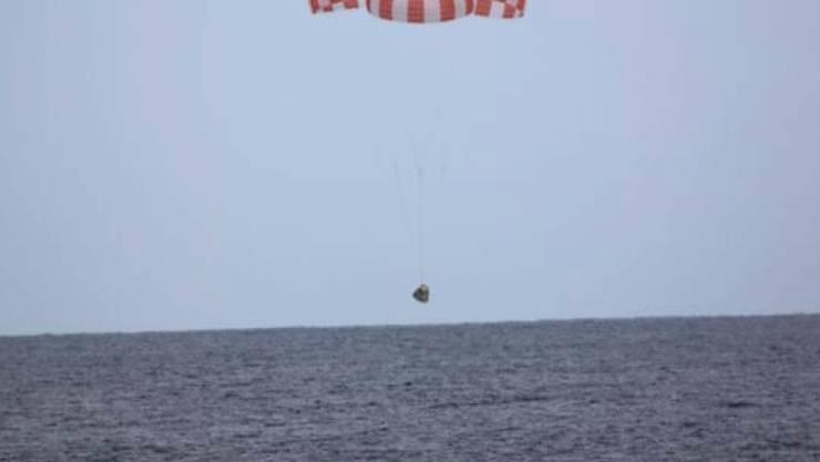 Die Raumkapsel kurz vor der Landung im Pazifik, einige hundert Kilometer von der südkalifornischen Küste entfernt.