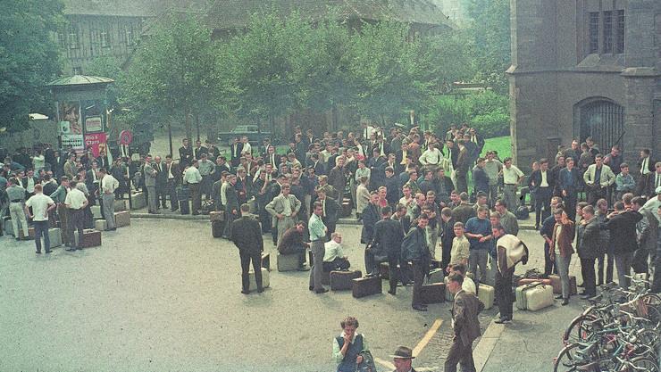 Einrücken zur RS – Rekruten warten 1966 bei der Basler Kaserne.