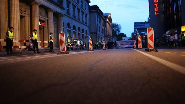 Viel Polizei, hohe Kosten: Tanzdemo auf Aarauer Strassen.