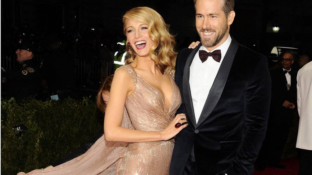 Ein Mann unter drei Frauen: US-Schauspieler Ryan Reynolds (r.) und Ehefrau Blake Lively haben im September eine zweite Tochter bekommen. (Archivbild)