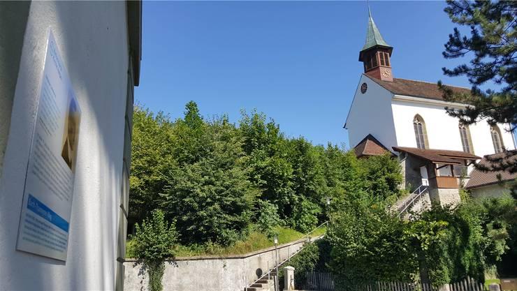 Vor der reformierten Kirche Uerkheim geht es um den religiösen Sozialismus.