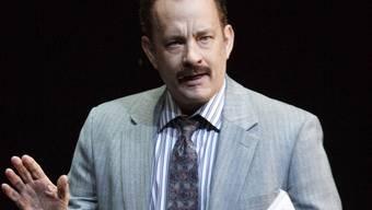 """Tom Hanks im Broadway-Stück """"Lucky Guy"""". An der Premiere fiel seine Schwiegertochter mit Babybauch auf. (Archiv)"""