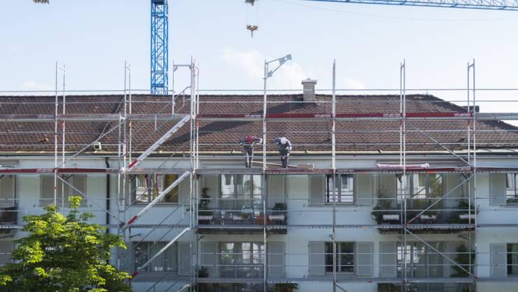 Wer günstig wohnen möchte, der sollte lieber aufs Land ziehen: Baustelle in Zürich (Archivbild).