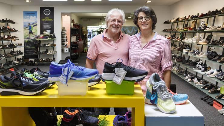 Ernst und Kathrin Emch inmitten ihres Schuhangebotes.