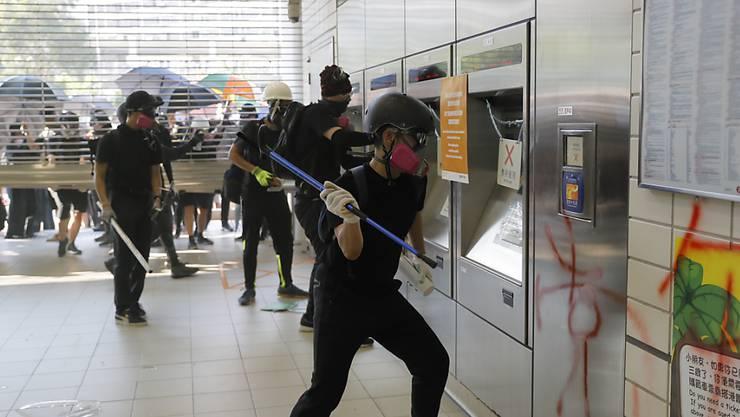 In Hongkong wurde am Sonntag der U-Bahn-Verkehr wieder langsam aufgenommen, nachdem es bei Protesten zu Sachbeschädigungen gekommen und der MTR-Betrieb komplett eingestellt worden war.