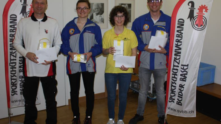 Thomas Kohler, Michèle Bertschi, Michelle Degen und Lukas Tschopp bei der Ehrung.