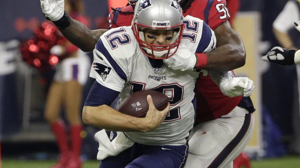 New Englands Quarterback Tom Brady (vorne) erreichte mit seinem Team das erste Teilziel