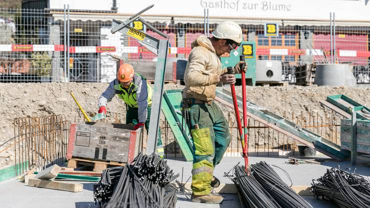 Trotz Corona: Arbeiter auf einer Baustelle in Döttingen wollen ihren Job erledigen.