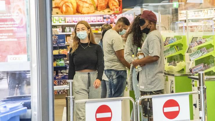 In den Läden herrscht in Zürich ab Donnerstag Maskenpflicht. Folgen andere Kantone diesem Beispiel? (Symbbolbild)