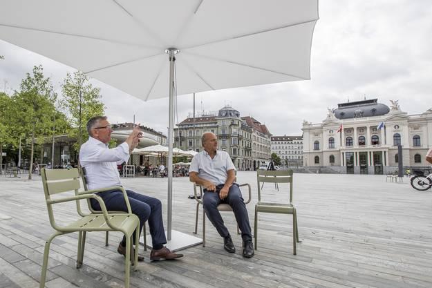 Der Zürcher Stadtrat Filippo Leutenegger (rechts) und Stadtingenieur Vilmar Kraehenbuehl unter dem ersten Sonnenschirm