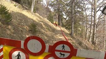 Der Wanderweg vom Niederwiler Stierenberg zum Bergrestaurant Hofbergli bleibt gesperrt. Die Sanierungsarbeiten am Fels mussten abgebrochen werden, weil Steinschlag die Arbeiter bedroht. Der Weg wurde am letzten Wochenende genutzt, um eine Wasserleitung für die Löscharbeiten eines Brandes in der Nähe zu legen.