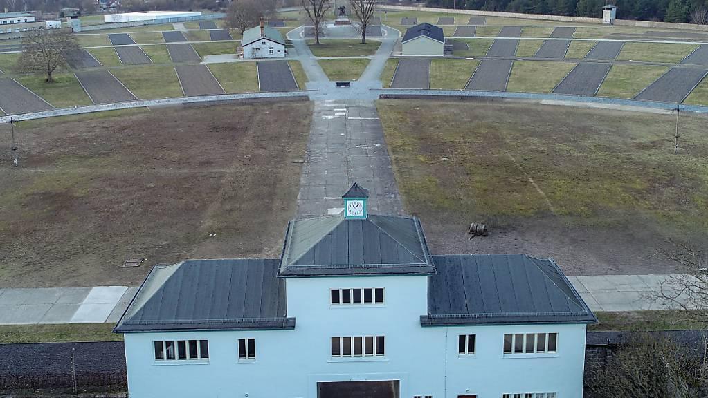 ARCHIV - Eingang zum Häftlingslager mit dem «Turm A» auf dem Gelände der Gedenkstätte Sachsenhausen. Foto: Patrick Pleul/dpa-Zentralbild/dpa