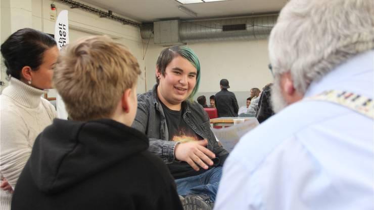 Die Jugendlichen diskutierten an der Jugendsession engagiert mit Wohler Politikern, wie hier mit Einwohnerrat Edwin Hübscher (EVP, rechts). Andrea Weibel