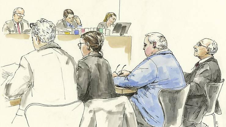 Die Gerichtszeichnung zeigt (von links nach rechts) den Anwalt der Opfer, die Staatsanwältin sowie den Angeklagten und seinen Verteidiger während der Verhandlung am Bezirksgericht Dietikon.
