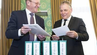 Der SVP-Nationalrat Jean-Luc Addor (links) am Montag bei der Übergabe der Unterschriften an den Präsidenten der Walliser Regierung, Jacques Melly (CVP).