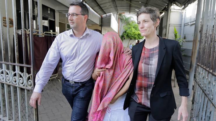 Die Botschaftsmitarbeiterin (M.) verlässt am 30. Dezember 2019 das Gericht.