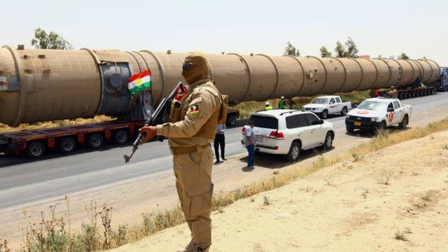 Rebell bewacht im Irak Transport für eine Raffinerie (Symbolbild)