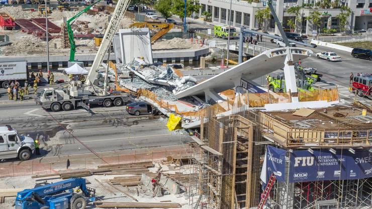 Beim Einsturz einer neuen Fussgängerbrücke über eine mehrspurige Autobahn in Miami ist mindestens ein Mensch ums Leben gekommen.