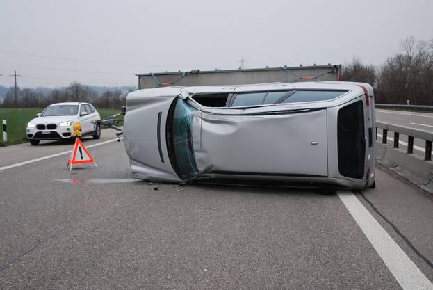 Auf der Autobahn A1 zwischen Niederbipp und Oensingen ist ein Fahrzeugtransportanhänger, auf welchem ein Auto transportiert wurde, auf die Seite gekippt. Verletzt wurde niemand.