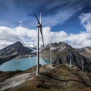 Mit der Energiestrategie 2050 sollen erneuerbare Energien gefördert werden, wie etwa Europas höchstgelegener Windpark beim Nufenenpass. Das neue Energiegesetz erhält gemäss der ersten SRG-Trendumfrage viel Zustimmung.