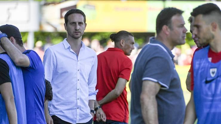 Sportchef Sandro Burki im Moment der Niederlage gegen Xamax: Der Blick geht ins Leere. Bald muss er vielleicht um Trainer Patrick Rahmen (vorne rechts) kämpfen.