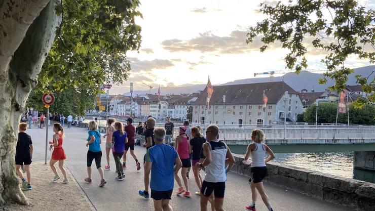 Läuferinnen und Läufer auf der Stadtführung