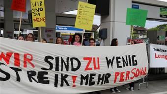 Der Spar-Tankstellenshop in Baden-Dättwil ist noch immer geschlossen, die Belegschaft streikt weiter.Yvonne Lichtsteiner