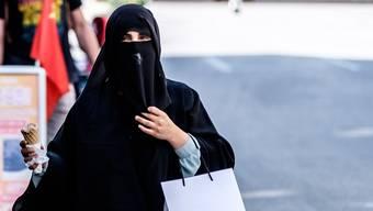 Eine verhüllte muslimische Frau in Interlaken.