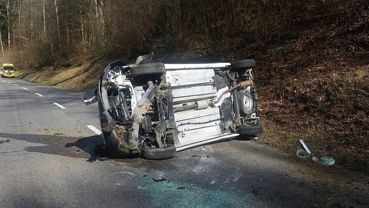Der 19-jährige Schweizer musste nach eigenen Angaben einem schwarzen Kombifahrer ausweichen und verlor darauf die Kontrolle über seinen Lieferwagen.