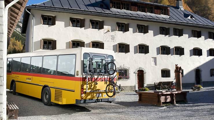 Ein mit Velos beladenes Postauto in S-Charl im Engadin. Damit ist vorläufig Schluss. (Archivbild)