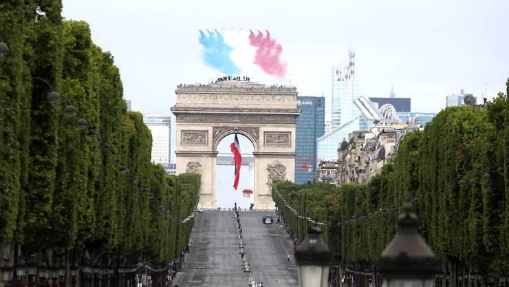 Die «Patrouille de France» (PAF) fliegt über den Arc de Triomphe während der Militärzeremonie anlässlich des französischen Nationalfeiertages.