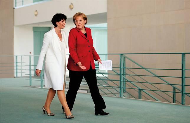 Angela Merkel und Doris Leuthard schreiten 2010 in Berlin zu einer gemeinsamen Medienkonferenz.